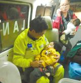 <b>余姚救护车医生抱4岁女童入睡 照片热传</b>