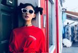 张天爱晒初春写真 丸子头红色上衣俏皮可爱
