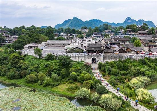 仲夏时节 青岩古镇景区绿意盎然 风景优美(组图)