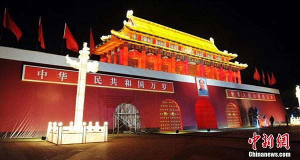 """江西南昌现逼真""""天安门城楼""""大型灯组"""