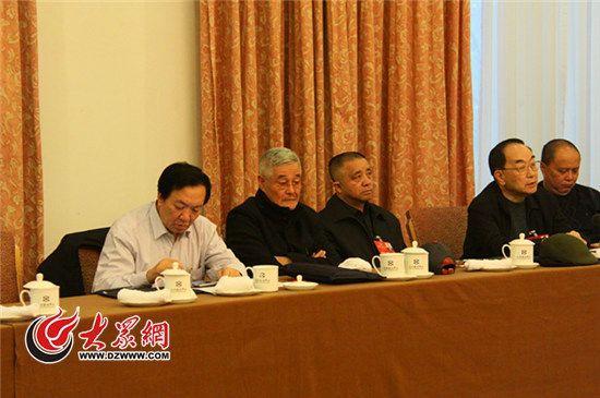 赵本山听取同组委员发言。