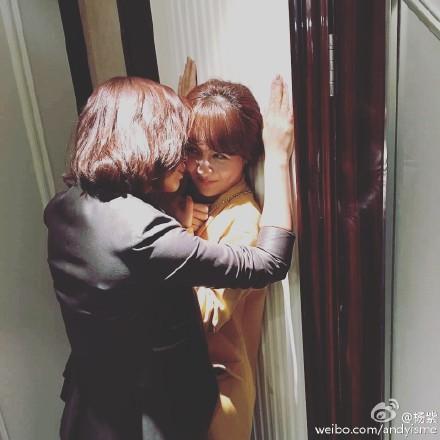 """刘涛霸气""""壁咚""""杨紫网友:你俩真是够了(组图)"""