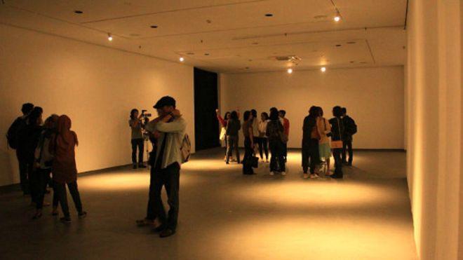 观众站在空荡荡的展室里一头雾水