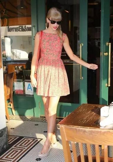 没有几分颜值和气质,一般人是无法驾驭这种红配绿的碎花裙的