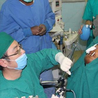 中国军医跪地手术半小时 救非洲男童