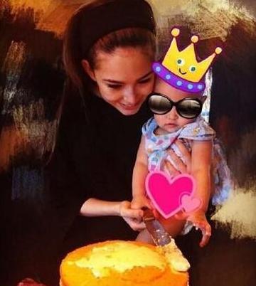 母女一起动手做蛋糕,让女儿正面全身照曝光啦