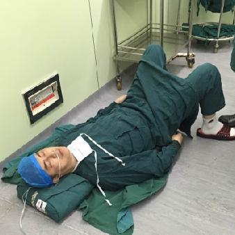医生术中胃痉挛发作 忍痛完成险些休克