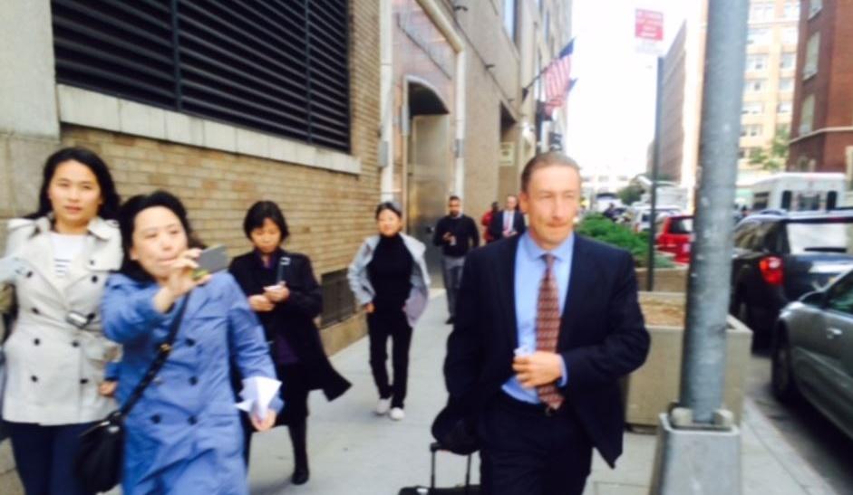 杨秀珠的律师柯志明走出法院被记者追问