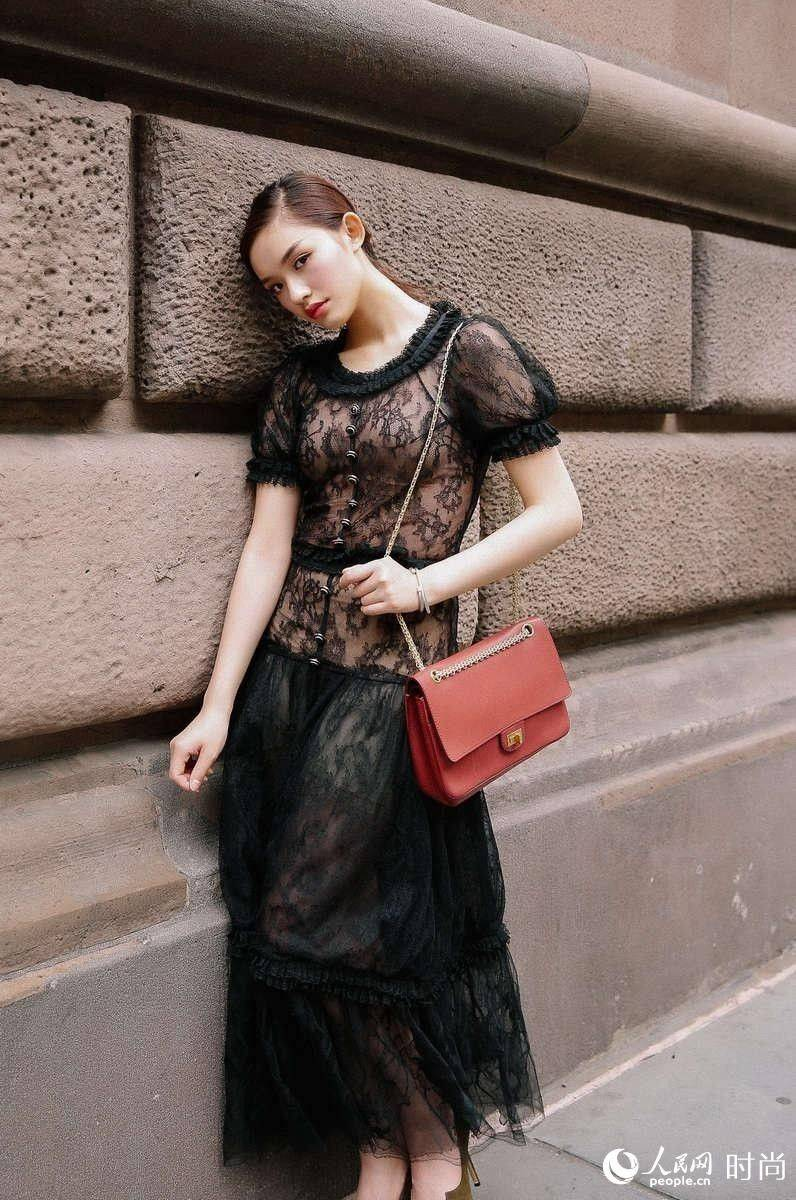 林允异国时尚街拍曝光 优雅随性秀玲珑身段图片