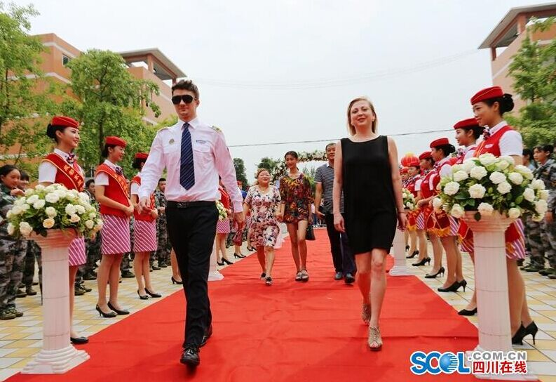 成都一高校新生入学 走红毯签明星墙
