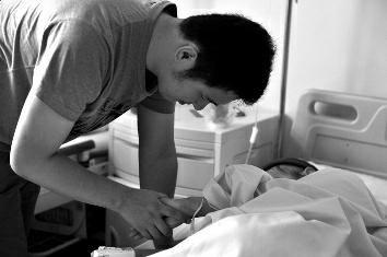 女子患癌家人从未陪过床 网恋男友不离不弃举债给她治病