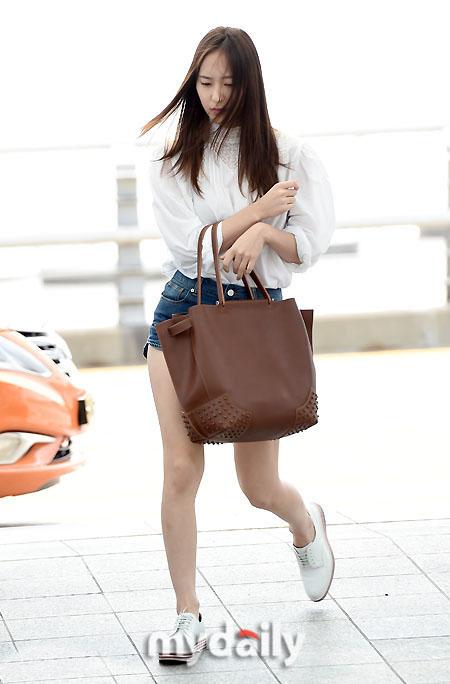 krystal郑秀晶亮相仁川机场 简单衣着清新搭配