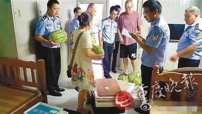重庆独身女子卖瓜抚养全家 坚持担责付医疗费获家属谅解