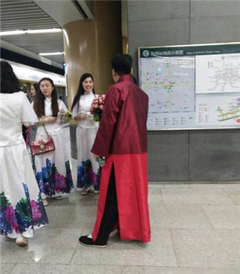 新郎乘地铁接亲 给乘客发喜糖【组图】