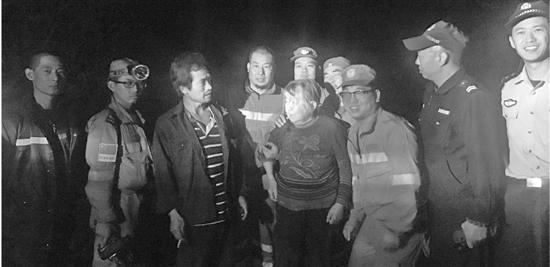 七旬老人上山采蘑走失 80多警民连夜成功救人