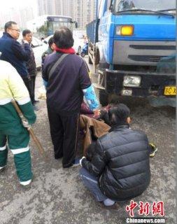 骑电车男女被压车轮下 徐州数十名市民合力抬车救人