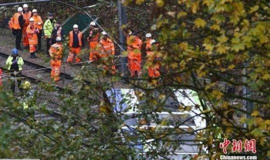 英国伦敦9日发生有轨电车翻车事故 已致7人死50人伤