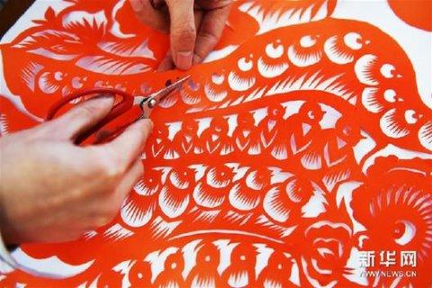 """剪纸作品《百鸡图》:""""90后""""剪纸哥用剪纸艺术喜迎鸡年"""