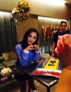 杨幂在纽约过生日 没有家人陪但有朋友和蛋糕
