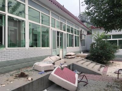 河北:电工出狱后死亡 亲属抬尸打砸举报者家(图)