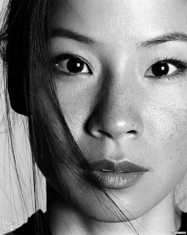 论及好莱坞知名度最高的亚洲脸孔, 可不是巩俐、章子怡 or 范冰冰, 而是华裔女星刘玉玲Lucy Liu。 有一项美国人知道的中国人调查里: 她是唯一进入前十的女性, 同榜在列的还有:成龙、孔子、成吉思汗等。   刘玉玲细眼高颧,两颊还有不少雀斑, 迪斯尼版的花木兰就是照她的形象所画。 在中国人的眼中,她绝对不是标准美女, 而在好莱坞,她却稳扎稳打成为身价最高的华裔女星。   你还真别以为她红 是因为老外眼中的东方美人都长这样, 骂她丑骂的最凶的可是外国男明星。  刘玉玲主演的美剧《基本演绎法》第