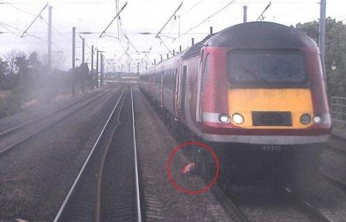 英国一火车司机为避火车躲入车轮间侥幸生存