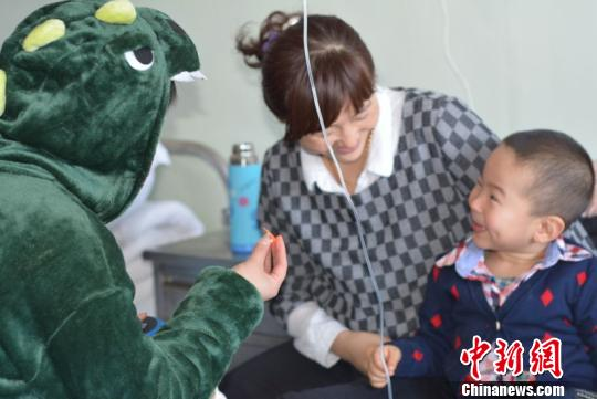 志愿者装扮成熊大、美羊羊、小老虎、小恐龙、小熊猫、魔术师、小丑、超人、蜘蛛侠等中国儿童喜欢的卡通形象,缓解患儿对病痛的恐惧。 范丽芳 摄