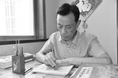建湖县七旬老人顾良泽:两年时间剪出453幅四大名著人物肖像