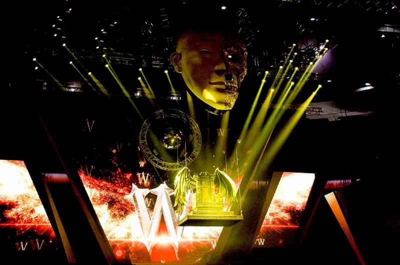 上万歌迷见证陈伟霆首次个演   中国小康网讯 8月27日晚,陈伟霆InsideMe2016首次个人巡回演唱会北京站落幕。现场爆满,一片粉红色的海洋。上万名歌迷一起见证了陈伟霆出道13年以来的蜕变与爆发。   演唱会在歌曲《战士》中拉开帷幕,华丽霸气的舞蹈动作加上舞团的完美配合瞬间点燃了现场观众的热情。紧接着《尾巴》《女皇》《表白》等一首首老歌新唱的劲歌热舞让现场持续高温。随后《我是谁》《两人行》《1121》《Love u 2》《W企划》等陈伟霆不同时期的代表作一一响起,另外头顶莫西干发型、大玩电吉他全