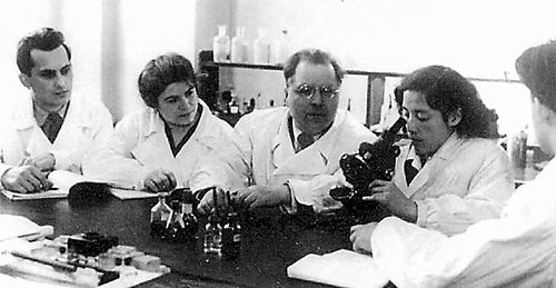1954年,陈文新在苏联季米里亚捷夫农学院与导师费德洛夫(左三)及其他研究生在一起