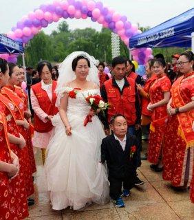 1.7米美女嫁1米帅哥 结婚10多年恩爱有加(图)