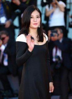 威尼斯电影节开幕:竞赛单元评委赵薇亮相开幕式红毯