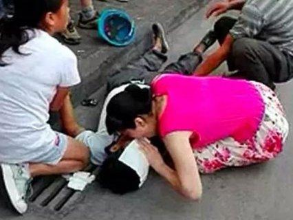 女子跪救建筑工人 嘴对嘴做人工呼吸成网红(图)