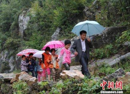 河南教师坚守深山讲台15年  只为孩子们能走出大山