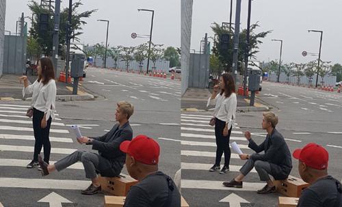 《亲爱的阿基米德》EXO吴世勋街头研究剧本 专注神情甚是帅气
