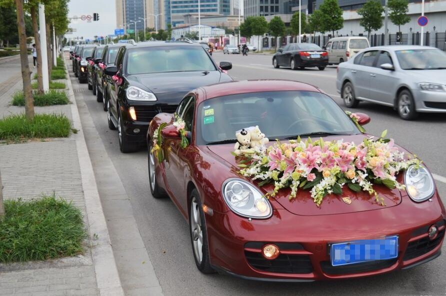 温州新人办婚礼 清一色保时捷婚车惊呆路人