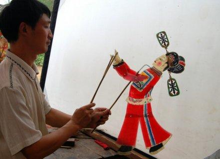 罗山皮影戏:行当齐全雅俗共赏 是中国戏剧园中的一支奇葩
