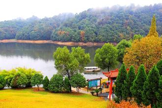婺源县鸳鸯湖:国家著名旅游景区 湖畔青山环绕
