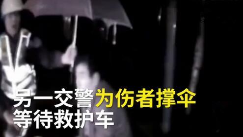 重庆渝北男子雨天撞车昏迷 交警为他撑伞挡雨至救护车到达