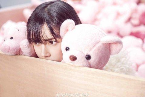 baby受邀登《时尚COSMO》12月刊封面 新晋辣妈粉红少女心依旧