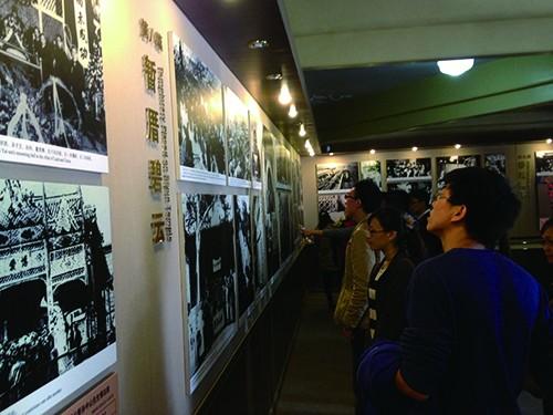 北京香山碧云寺,游客正在参观孙中山纪念堂。.jpg