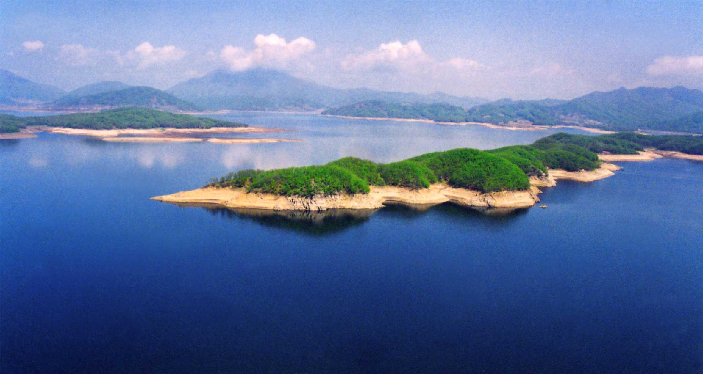金蟾岛:蜿蜒起伏 宛如一只巨大的金蟾静卧湖中