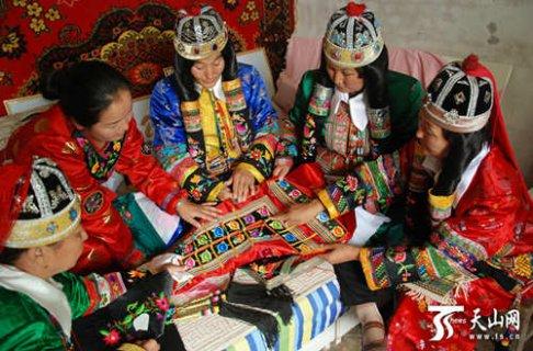 博湖县蒙古族刺绣:针法粗犷色彩鲜明 给人以饱满充实之感