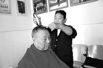 """""""1元理发师""""王成俭:坚守承诺25年"""