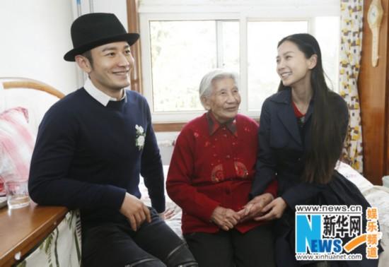 黄晓明夫妇看望老人