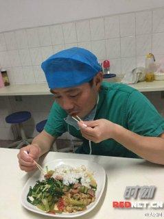 业精于勤!湖南省人民医院一外科医生用棉签吃饭锻炼手指灵活性