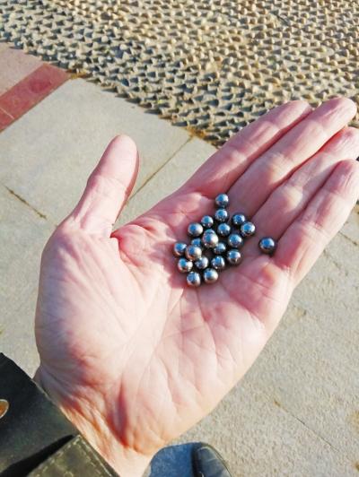 巡防队员在事发地捡到的钢珠.jpg