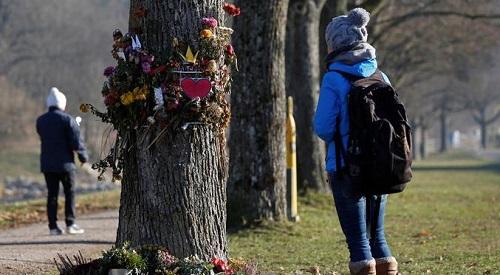 人们在弗莱堡奸杀案现场悼念受害者