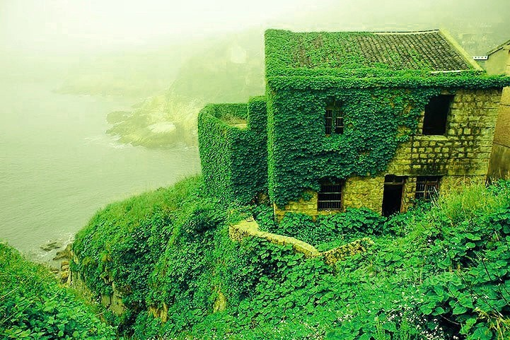 这个穿越次元的地方位于中国浙江省舟山嵊泗县,是嵊山岛(也即嵊山镇)