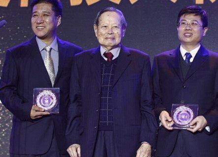 94岁杨振宁为中国年度科技人物颁奖 妻子翁帆陪同